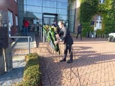 Burgemeester Slinkman legt krans bij het monument in Kranenburg