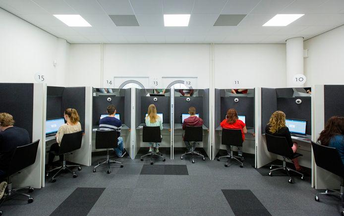 Bij het CBR in Eindhoven worden theorie-examens afgenomen.