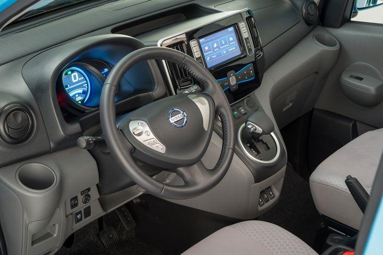 Nissan doet graag geloven dat de cabine een mobiel kantoor is. Een kantoor met veel flessenhouders dan toch. Beeld
