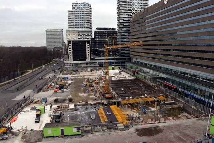 Het Koningin Julianaplein anno nu. In de bouwput wordt aan een fietsenkelder gewerkt. Is die klaar dan wordt er bovengronds een groot woon-winkel-horecacomplex gebouwd.