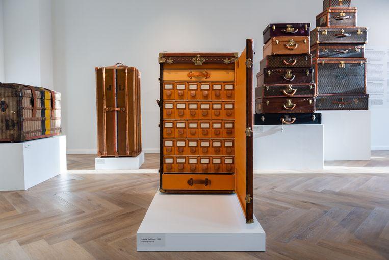 Louis Vuitton-schoenenkoffer in de tentoonstelling Trunk Show. Beeld Fabian Landewee