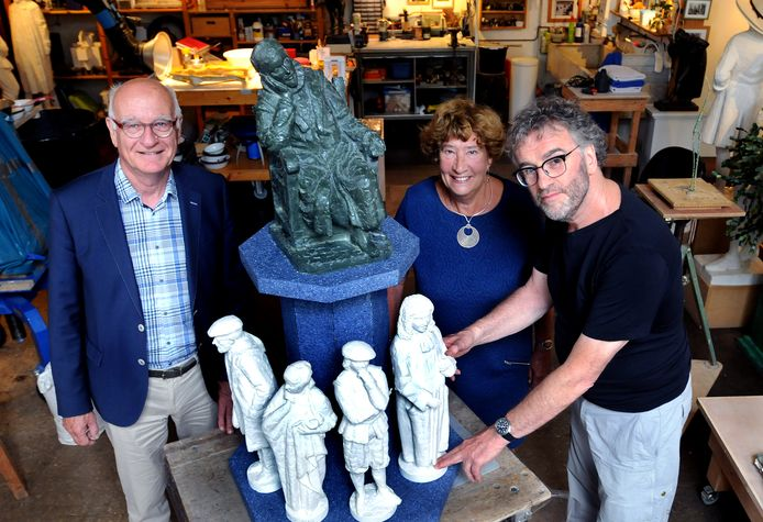 Kunstenaar Richard de Vrijer (rechts), Edith Bijleveld en Paul de Bree met de proefmodellen voor de fontein.
