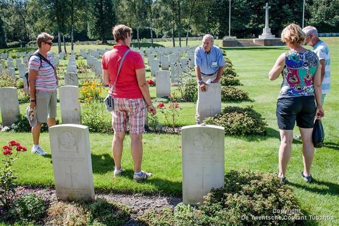 Gids Anne Jansen (midden) vertelt het levensverhaal van één van de gevallenen op de begraafplaats.