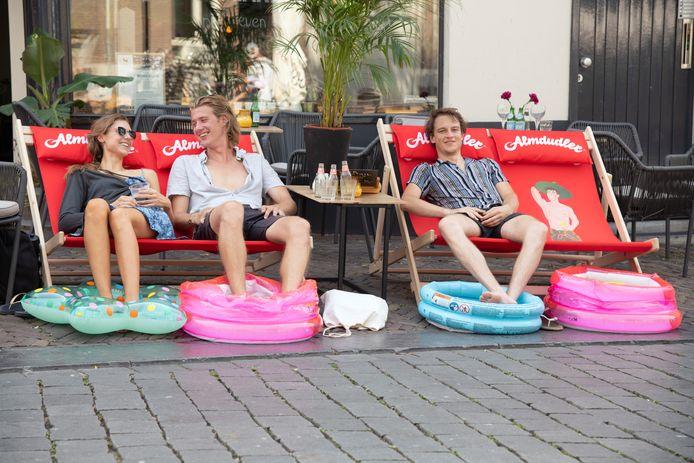 Op de Ganzenheuvel in harte Nijmegen konden mensen donderdag bij Prikkels op het terras plaatsnemen in echte strandstoelen en hun voeten werden gekoeld  in opblaaszwembadjes.
