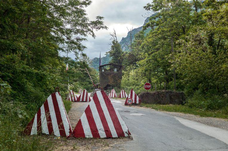 Wachtpost Kfor bij klooster, Decani (Kosovo).  Beeld Nicole Segers