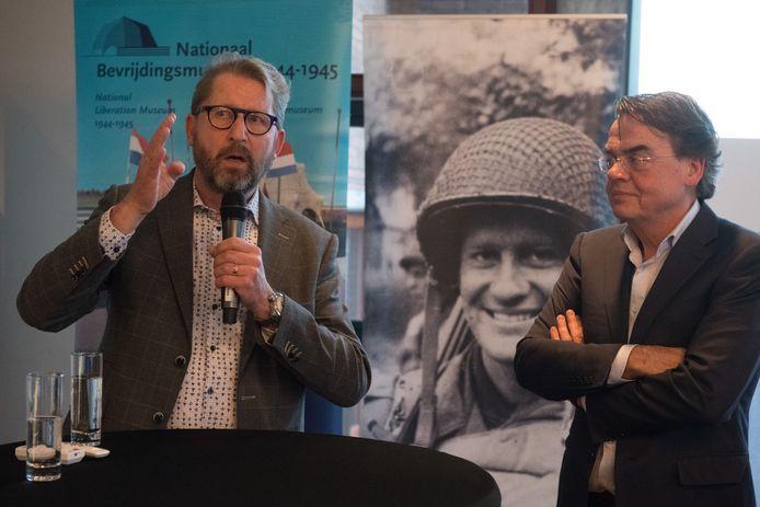 Een bijeenkomst Informatiecentrum WOII in de Lindenberg. Rechts Wiel Lenders, directeur van het Bevrijdingsmuseum in Groesbeek.