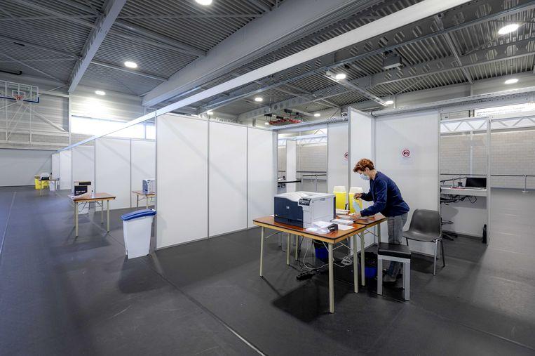 Een GGD-medewerker op een vaccinatielocatie in Almere. Beeld ANP