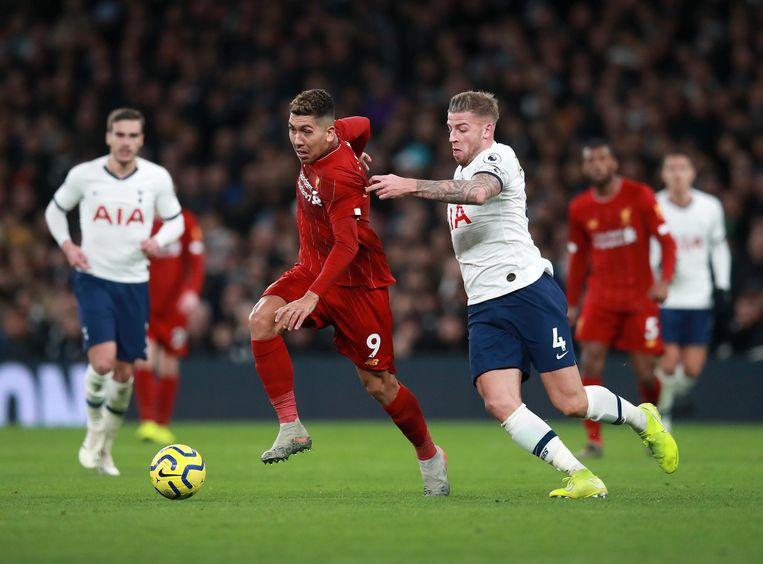 Spurs-verdediger Toby Alderweireld kan Roberto Firmino van Liverpool niet altijd afstoppen in Londen. Beeld Photo News