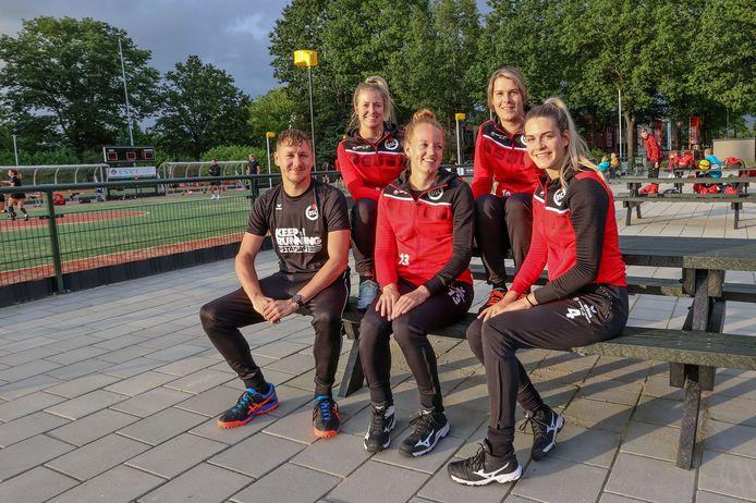 DSC-trainer Tjeerd Kooiman heeft vier speelsters in zijn selectie die de overstap maakten naar het gemengd korfbal: v.l.n.r. Yara Koster, Marloes Pennings, Michelle Smulders en Jessie Heuveling.