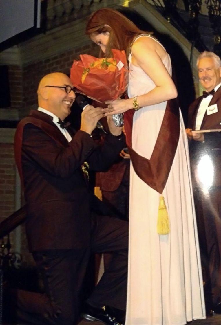 Dirk Paternoster gaat op zijn knie voor Sarah op het podium van de Horeca Awards.
