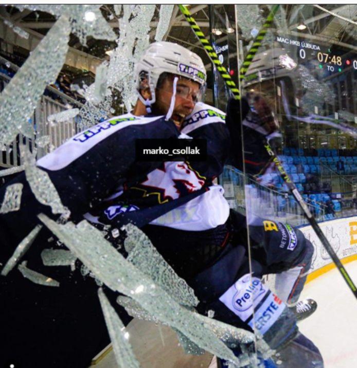 La vitre n'a pas résisté à la célébration de Marko Csollak.