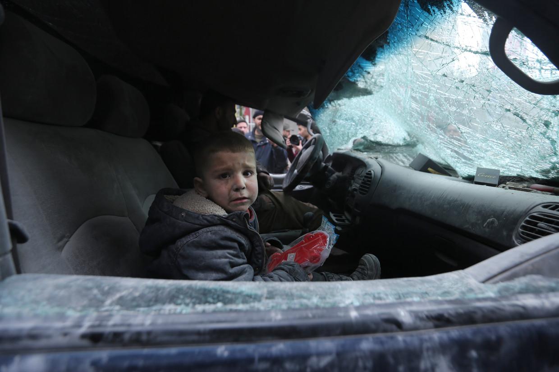 Een jongen uit het stadje Ariha in de provincie Idlib na een regerings- bombardement.