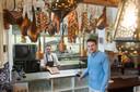 Spaans restaurant El Patio aan de Haven in Breda. Arris Boogaard (rechts) en kok Roel van Druten in de keuken. Foto René Schotanus/Pix4Profs