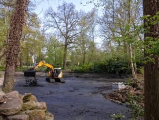 Kleimatten moeten voorkomen dat vijver gemeentepark nog droog komt te staan