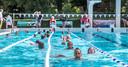 Een beeld van de zwemvierdaagse in het Openluchtbad Zwolle in 2017. Een beeld uit snel vervlogen tijden, want voorlopig zijn alle evenementen als zwemvierdaagsen er niet in en mag er in het Openluchtbad Zwolle slechts beperkt en onder strenge maatregelen worden gezwommen.
