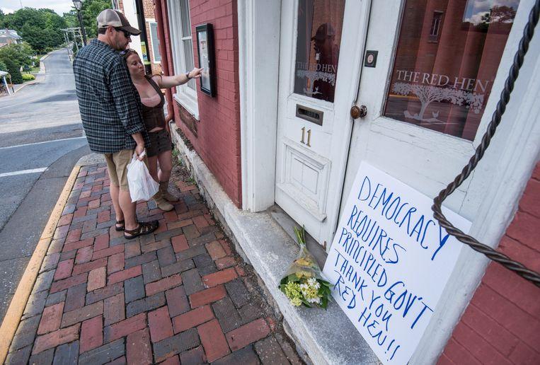 'Eindelijk!', spreekt er uit de bedankbriefjes die mensen neerleggen voor de deur van het gesloten restaurant. Beeld AP