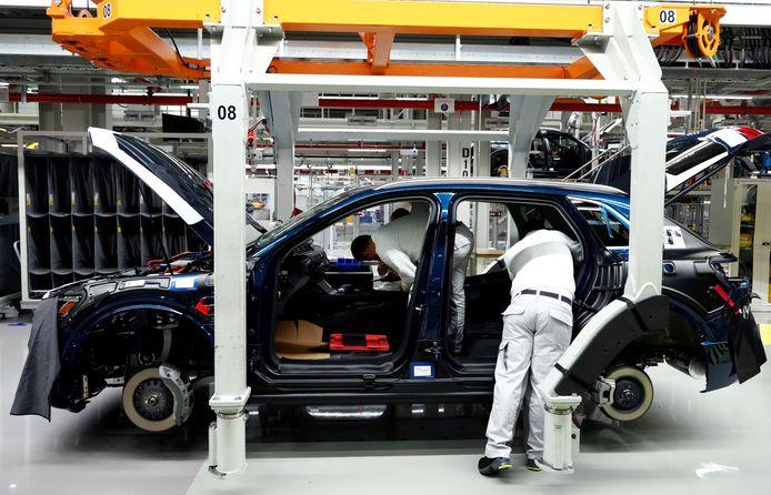 Des travailleurs d'Audi Brussles assemblant l'e-tron (archives).