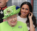 Geen hoed voor Meghan in Runcorn, ook al droeg de Queen er wel een.