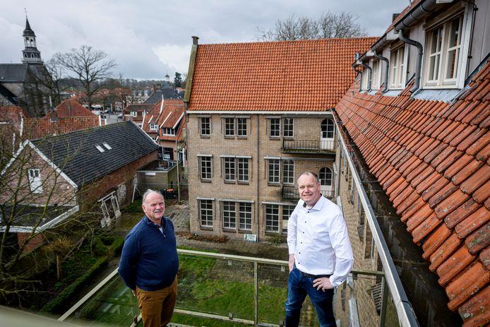 Initiatiefnemer Gerard Kosse (links) en Martin Niehof, de eigenaar van het gelijknamige aannemingsbedrijf, samen op de bovenste verdieping van het Ootmarsumse klooster.