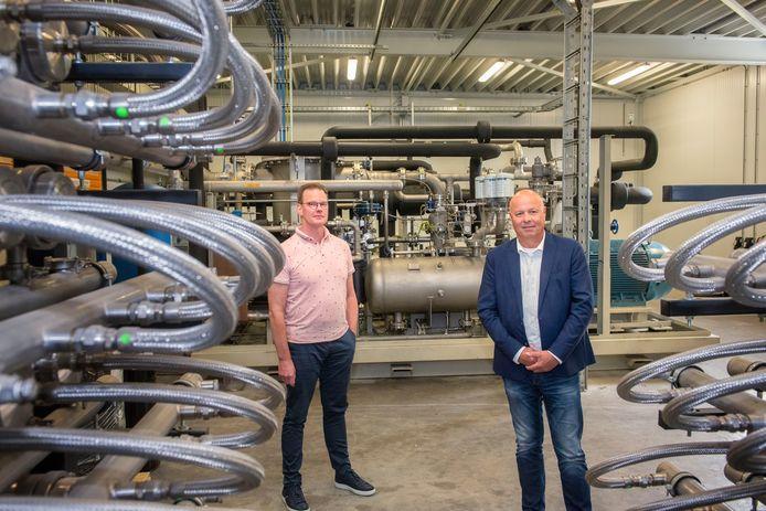 Directeuren Johan Braad (l)  en Douwe Jan Tilkema van de Bio Energie Centrale Harderwijk (BECH) in de afdeling waar het biogas door onttrekking van CO2 wordt opgewaardeerd tot de kwaliteit van aardgas, waarna het rechtstreeks het leidingnet in kan.