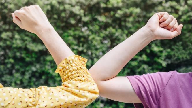 Zoen, hand, boks, elleboogje of knikje? 'We weten niet meer hoe we elkaar moeten feliciteren'