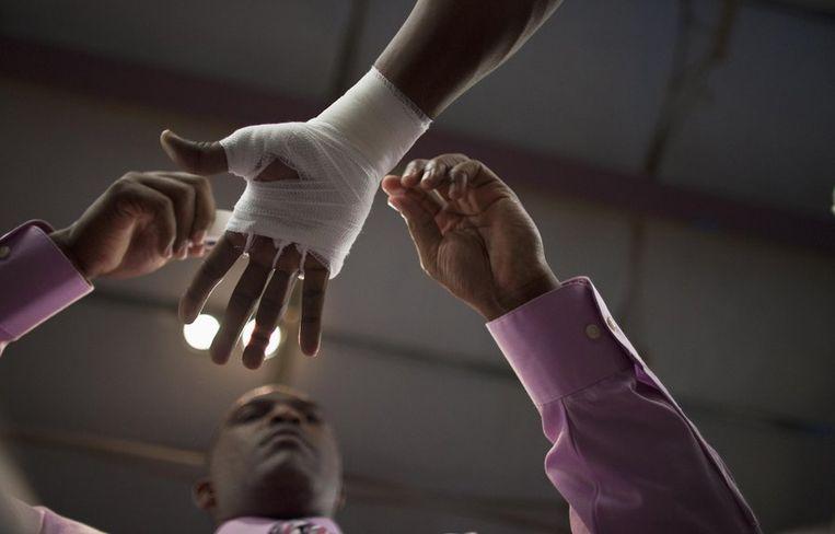 Coach sergeant Leverette tapet de handen in van een bokser.<br /> Beeld reuters