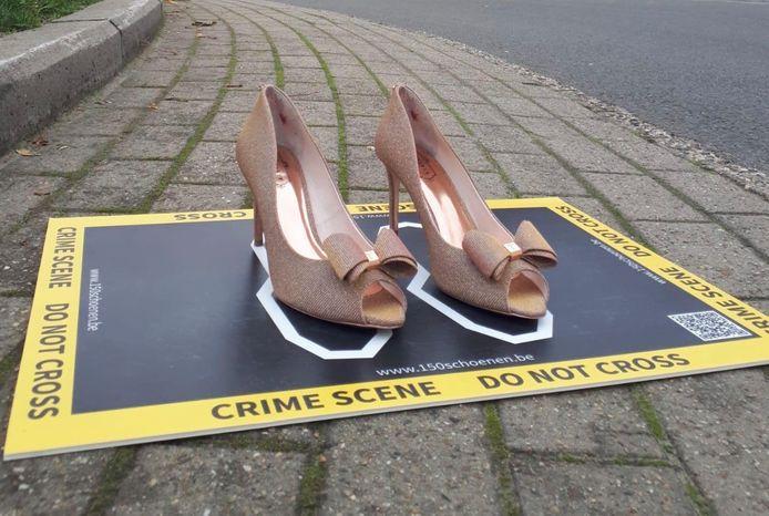 Vrouw & Maatschappij strijdt met plaats delicten met vrouwenschoenen op tegen geweld tegen vrouwen.