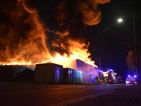 Enorme brand bij papierrecycling in Staphorst: woningen ontruimd, pand reddeloos verloren
