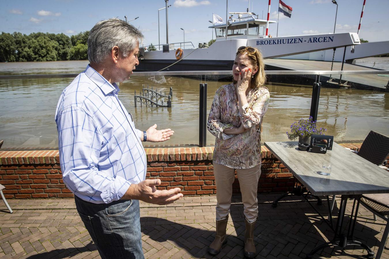 Demissionair minister Cora van Nieuwenhuizen (Infrastructuur en Waterstaat) in gesprek met Patrick van der Broeck, dijkgraaf van Waterschap Limburg, tijdens een bezoek aan het door overstromingen getroffen Limburg.