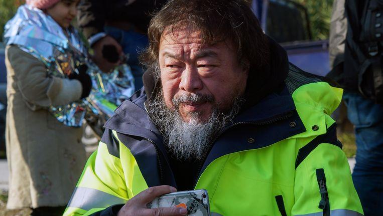 De kunstenaar Ai Wei Wei op het strand van Lesbos. Beeld ap