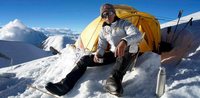 Na een 21 dagen tellende expeditie naar Cho Oyu, de zesde hoogste piek ter wereld, pal op de grens tussen China en Nepal, sprong de Russische atleet Valery Rozov vanop 7.700 meter hoogte naar beneden.
