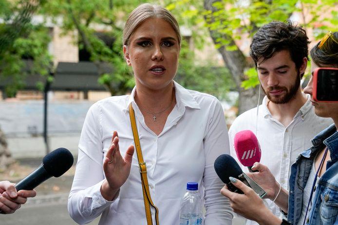 Activiste Ljoebov Sobol staat journalisten te woord bij de rechtbank