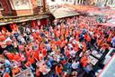 Het Oranjelegioen in Tilburg kijkt massaal naar de WK-wedstrijd Nederland - Spanje (5-1) in 2014.