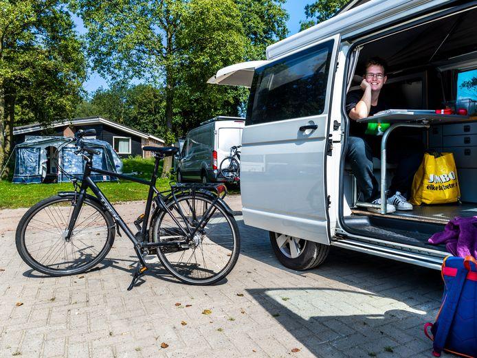 Siem (19) woont in de campingbus van zijn ouders op een camping in Utrecht.