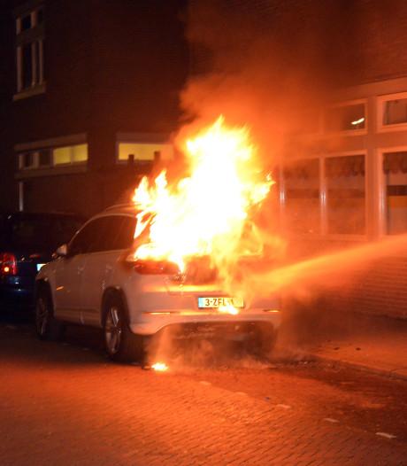 Auto brandt volledig uit aan Rijswijksestraat