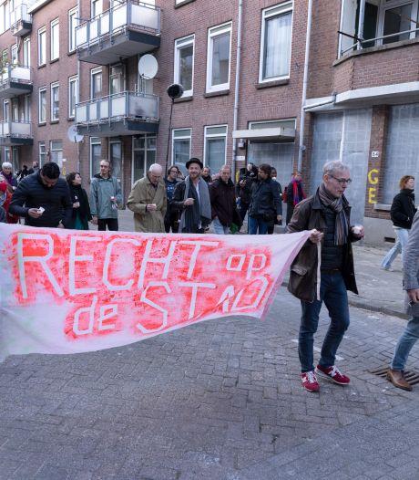 Bewoners Tweebosbuurt protesteren en houden minuut stilte: 'Ik blijf knokken voor mijn woning'