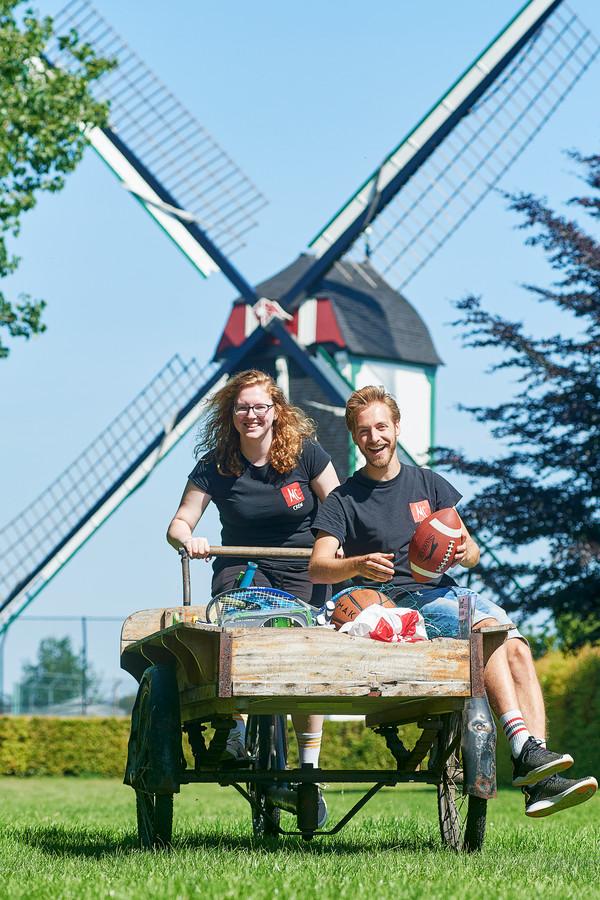 'Grote broer' Kevin Kerkenaar en 'grote zus' Lisa Lourenssen op de bakfiets waarmee ze de wijk in trekken, op zoek naar contact en nieuwe 'familieleden'.