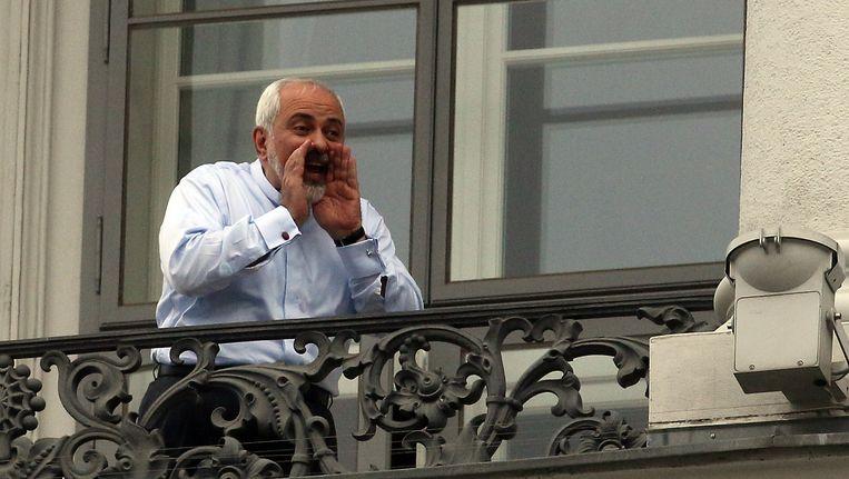 De Iraanse minister van Buitenlandse Zaken Mohammad Javad Zarif praat vanaf het balkon van Palais Coburg in Wenen met journalisten. Beeld ap