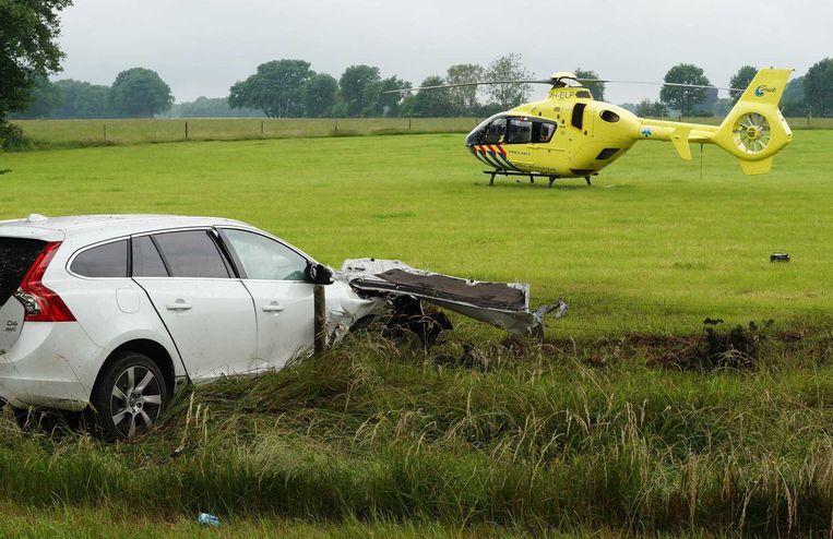 Een traumahelikopter staat in het weiland nabij de plaats van het ongeluk. Beeld anp