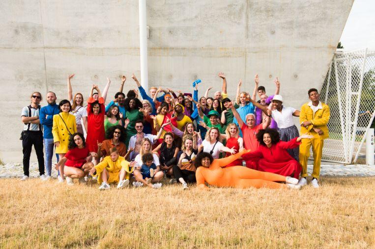 De volledige cast van 'Rainbow Massa'.