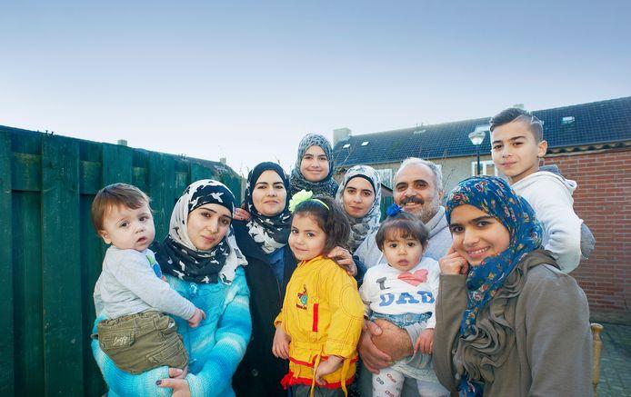 Archiefbeeld van een Syrisch gezin dat uit tien mensen bestaat. De huisvesting van zulke grote vluchtelingengezinnen is een groot probleem.