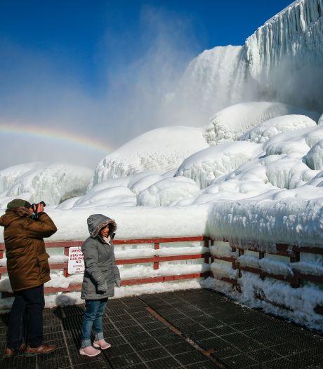 Les chutes du Niagara recouvertes d'un manteau de glace