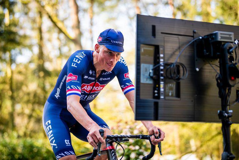 Mathieu van der Poel tijdens de Tour de Zwift bij hem thuis in 's Gravenwezel, begin april.'Het mag stilaan beginnen.' Beeld Photo News