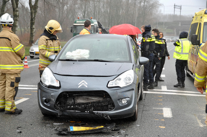 Schade aan een van de auto's op de N325.