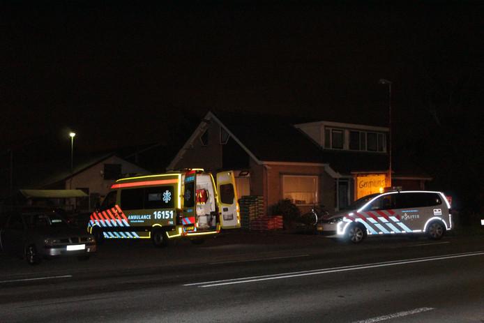De politie onderzoekt auto op parkeerplaats aan Bredeweg in Zevenhuizen na een aanrijding met twee gewonden.