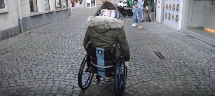 De studenten gingen met een rolstoel op pad aan de Groenplaats.