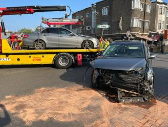 Wagen met vijf inzittenden botst tegen andere auto