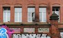 Beschadigde ramen van het Robert Koch-instituut nadat vandalen brandbommen hebben gegooid.