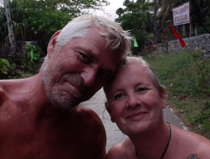 Bo (l) en Regina Bouwman uit Eindhoven zitten vast op het Filipijnse eiland Siargao.