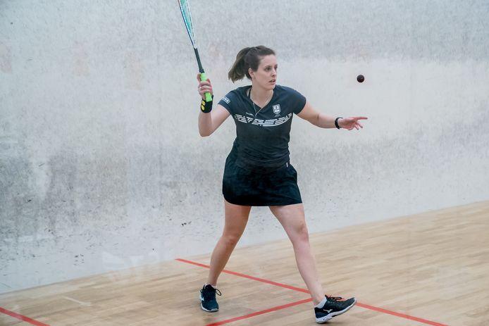 Tessa ter Sluis uit Sint Willebrord in actie tijdens Eredivisie Squash.